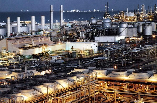 Saudi, U.A.E. promise flood of crude as oil resumes slide